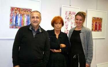 L'artiste (au centre) en compagnie de deux visiteurs. © J-L. Gamaury